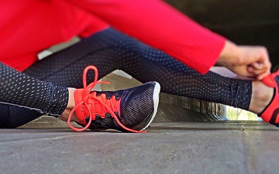 Zapatillas deportivas en color negro y rojo